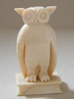 Csontból készült kis bagoly figura