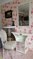 Pipereasztal falitükörrel és ezüst székkel.
