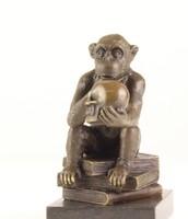 Darwin majom-gondolkodó majom koponyával a kezében bronzszobor