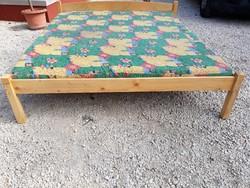 Eladó egy fenyő franciaágy matraccal  Bútor jó állapotú, nincs kifeküdve, matrac huzata levehető Mat