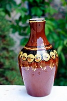 Régi, barna, kézi festésű, mázas kerámia,  pálinkás készlet, kiöntő és 6 db pohárka.