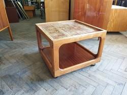 Régi retro gurulós alacsony fa asztal virágtartó