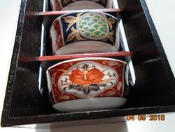 Chikusai Kiln Imari ,modern japán 5 db új teás/rizses tálka lakkozott fa polc-tartójában