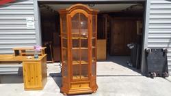Eladó egy fiókos tölgy vitrin  Bútor jó állapotú.  Méretei: 84cm x 36cm x 187cm magas.