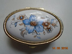 Ezüstözött újszerű cizellált fém szelence virágos mintás porcelán betéttel
