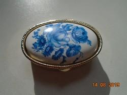 Ezüstözött újszerű cizellált fém szelence kék rózsa mintás porcelán betéttel