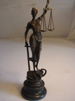 Justicia bronz szobor-jelzett