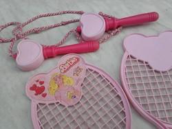 Eredeti 1983. Vintage Mattel Barbie 2 db teniszütő(tollasütő)1 db ugrálókötél ,átlátszó hordzsákban