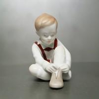 Aquincumi cipőt kötő kisfiú porcelán figura (809)