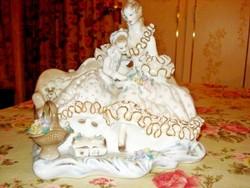 Gyönyörű és hibátlan nagy méretű Apulum porcelán: Anya gyermekével csipkézett ruhában