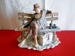 Különleges és ritka, jelzett biszkvit óriási porcelán figura: padon pihenő csavargó férfi