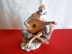 Különleges és ritka, jelzett biszkvit nagy porcelán figura: lantos éneklő csavargó férfi