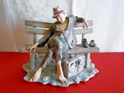 Különleges és ritka, jelzett biszkvit óriási porcelán figura: padon pihenő csavargó férfi 1-es