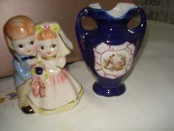 Kicsi kobaltkék jelenetes ibolya váza és egy tündéri esküvői porcelán páros együtt