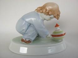 Zsolnay porcelán búgócsigával játszó kisfiú