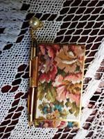Retró aranyozott tartóban arany ceruzával jegyzettömb