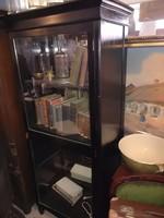 Keskeny, magas, karcsú, ritka fekete, tükrös szecessziós könyvszekrény / vitrin 1910 környéke