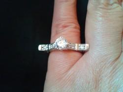 Egyedi ezüst gyűrű rengeteg csillogó cirkóniával.