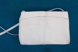 Fehér bőr táska.
