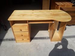 Eladó egy 3 fiókos,billentyűzet tartóval ellátott fenyő íróasztal.