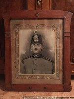 Katonai portré( fotó ) ( Osztrák jelzésű sapka disszel  )