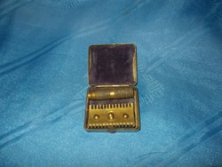 Antik kis pici réz borotva dobozával