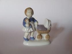 Régi kisméretű porcelán babakocsis kislány figura a babájával
