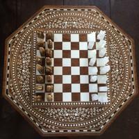 Gyönyörű intarziás sakk asztal, figurákkal együtt