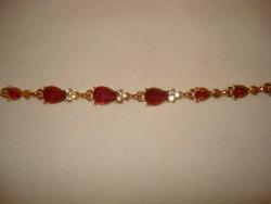 Arany színű KARKÖTŐ  csodaszép sok piros  köves finoman elegáns karkötő