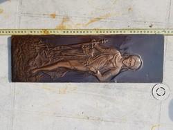 Nagy domborlemez falidísz, egy szép hölgy éppen levágta egy úr fejét...