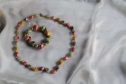Színes dekoratív régi nyaklánc és karkötő