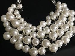 Modern, gyöngyös nyakék különböző méretű gyöngyökkel,