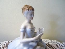 Csinos lábú kék ruhás porcelán hölgy kék virágos rózsaszín ruhában