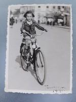Régi gyerek fotó vintage fénykép kislány bicikli kerékpáros kép