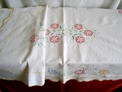 Nagyon régi, szinte antik vászonra hímzett 3 darabos garnitúra: abrosz és 2 terítő