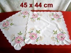 2 db kézzel hímzett különleges virág mintás terítő 45 x 44 cm