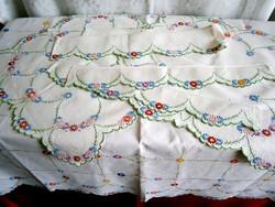 Nagyon régi, szinte antik vászonra hímzett 6 darabos garnitúra: abrosz, terítők, polccsíkok