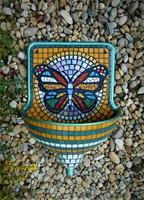 Mozaikkal díszített falikút, kút, kézmosó pillangóval