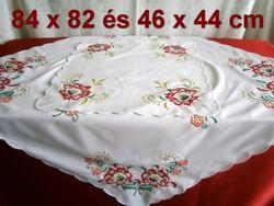 2 db kézzel hímzett gyönyörű virág mintás terítő 82 x 82 cm és 46 x 44 cm
