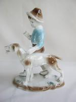 Jelzett porcelán kisfiú kutyával