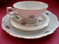 Apró virágos mokkás csésze tányérkákkal