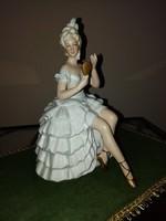 Tükörbe néző porcelán balerina