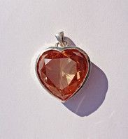 Nagyobb csiszolt világos köves szív alakú fémjeles medál