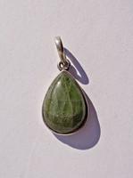 Zöld ásvány fémjel nélküli keretben, medál