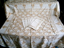 Aranybarnával és fehérrel dúsan hímzett, különleges terítő 136x136 cm és 6 db szalvéta 31x31 cm