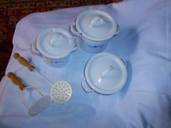 Régi zománcozott babaház konyhai edényei : lábos + fedő, 2  fazék fedővel , 2 konyhai tálalók