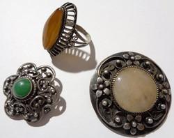 Antik ezüst fél drágaköves ékszerek 2 db bross 1 db filigrán borostyánköves ezüst gyűrű