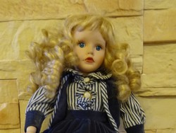 Vintage baba- loknis hajú szőke szépség