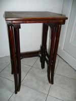 2 db antik, egymásba rakható Thonet asztalka / posztamens / virágállvány. Külön is vihetők!