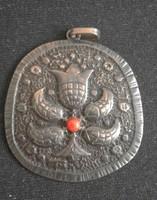 Szép, régi bizsu medál piros kővel